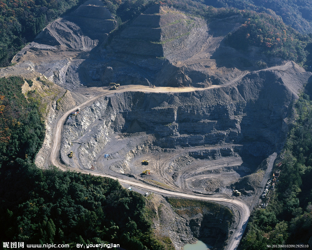 勘探网度又称勘探间距或勘探工程密度。指的是勘探工程沿矿体走向的距离与沿倾斜的距离,以米来表示。合理的勘探网度,取决于矿体规模大小、形态和产状变化程度,构造及矿体和矿体内部结构的复杂程度,有用、有害组分在矿体内分布的均匀程度以及要求探明的储量级别。勘探网度的选择,对地质勘探工作有重大影响。本文可作为与矿产地质勘探有关从业人员的技术指导,亦可为矿业企业行政、技术管理人员提供参考。    勘探网度又称勘探间距或勘探工程密度。指的是勘探工程沿矿体走向的距离与沿倾斜的距离,以米来表示。例如勘探网度100m