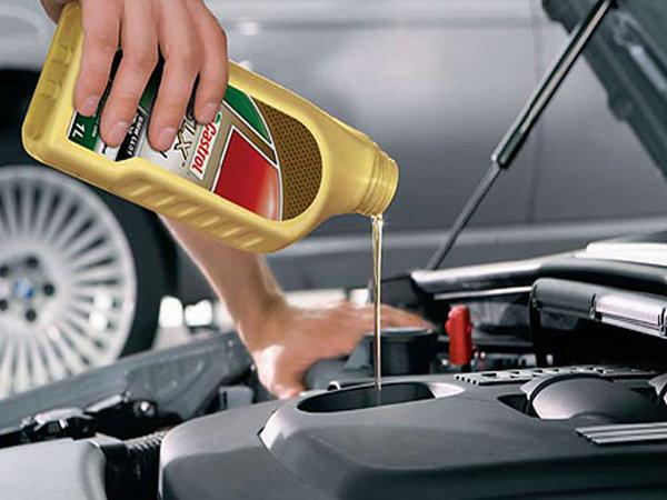 车辆机油更换 油量应低于油尺高清图片