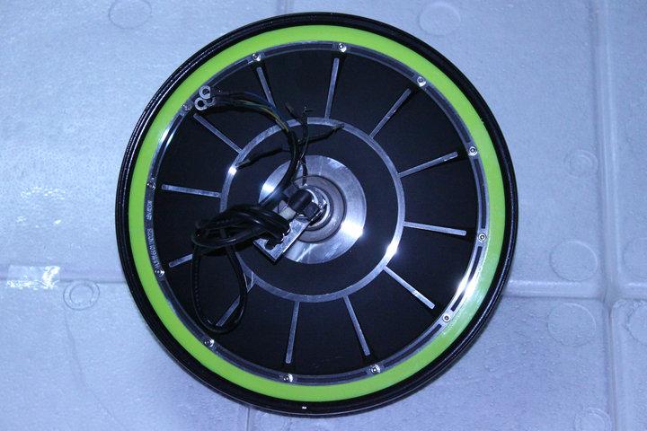 电动车的电机,就像汽车的发动机一样,和控制器匹配给电动车提供动力。那么目前市场主要使用的无刷电机的动力性能,估计也是很多同行朋友关心的,结合平时部分同事和同行的疑问,下面通过10个问题来简单了解一下,今天重点聊聊电机的力矩,或者说力气的大小问题。 问题1:电机的动力大小从电机的哪个数据上体现? 答案:电机的最大扭矩越大,就代表该电机力气越大,或者说越有力。 问题2:满盘电机和半盘电机是什么样的? 答案:满盘电机从外观看就是没有间隙,无法使用外置锁具;半盘电机从一侧可以看到对面,可以使用外置锁具。满盘电机扭