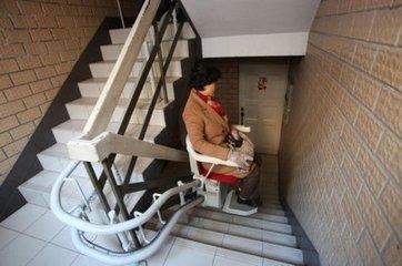 以上海静安三和小区2014年12月安装的电梯为例,在楼梯扶手经过改造后
