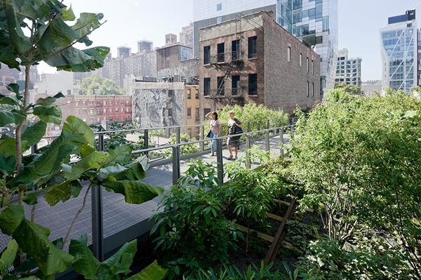 【壹天一语】  青春,梦想,前行。 【世界园林】 纽约:高线公园2期 这是纽约的一项盛事。高线公园二期工程延续一期工程总体设计概念的同时加入了新的元素,严格中体现创新。二期工程更贴近公众,进一步实现了关注人类健康、控制雨水和保护自然生存环境的目标。2013专业奖评审委员会 纽约高线公园是由一条废弃高架铁路改造的城市公共空间。公园将各街区联系起来,为城市绿化树立了新的标杆。它创造了一种审视城市的新视角,是创新设计和可持续设计的代表性图标,对其他城市的景观设计具有启示性意义。它向人们证明景观能对城市生活