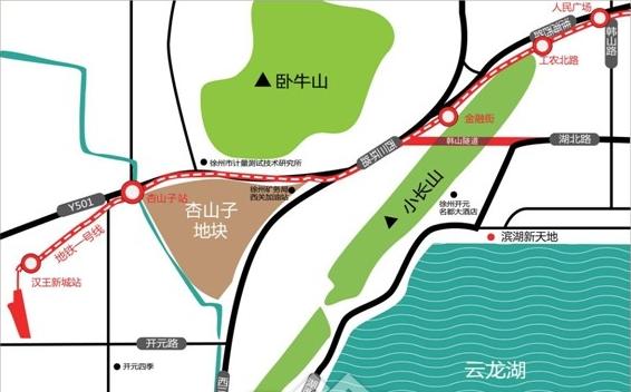 扬帆!再起航 华厦集团打造云龙湖新标杆 杏山子大三角地块作为 2013徐州城市地产投资推介会重点推介地块之一。规划用地总面积202.2亩。该地块毗邻西三环主干道,与市中心、城南新区、城北相贯通,并与最繁华的商业大街淮海路相连,规划地铁一号线地铁口与现已开通的韩山隧道口近在咫尺,交通便捷,通达性好。周边学校、农贸市场、超市、银行等云集,生活基础配套相对完善。 杏山子地块紧邻云龙湖,湖滨公园等自然资源,周边有凤凰山、王大山、小长山三山环绕。经过谨密调研和市场分析,结合周边区域无集中商业的情况,该地块将建设成