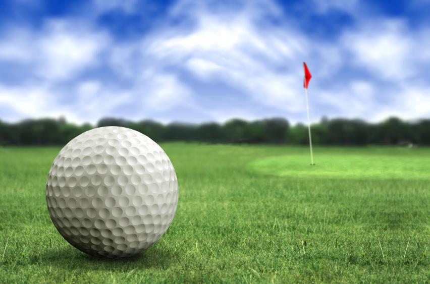 球员以不同的高尔夫球杆将一颗小球打进果岭的洞内