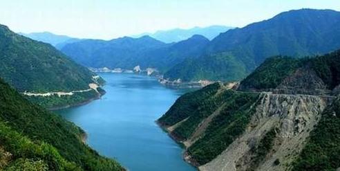 山东省枣庄市市中区孟庄镇党委书记刘凌东指着刚被推平的那块土地