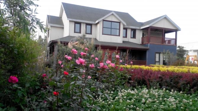 岗位职责: 1、木结构别墅设计,施工图及效果图设计; 2、木制亭廊架、木栈道、木制园林景观施工图设计及效果图设计; 岗位要求: 1、2年及以上相关工作经验; 2、环境艺术设计、建筑设计及其他相关专业人员; 3、熟练应用CAD、3Dmax或sketohup、ps等软件; 4、熟知木制房屋、木制别墅的整体结构设计和相关工艺流程者优先考虑。 待遇:包吃住,单休,法定节假日。