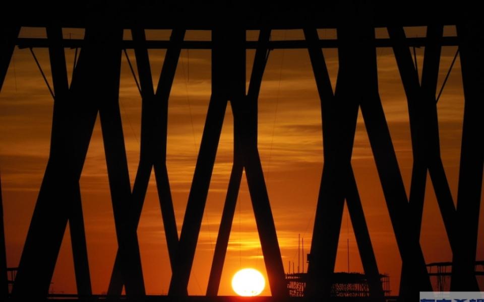 公司冷却塔下的夕阳美景